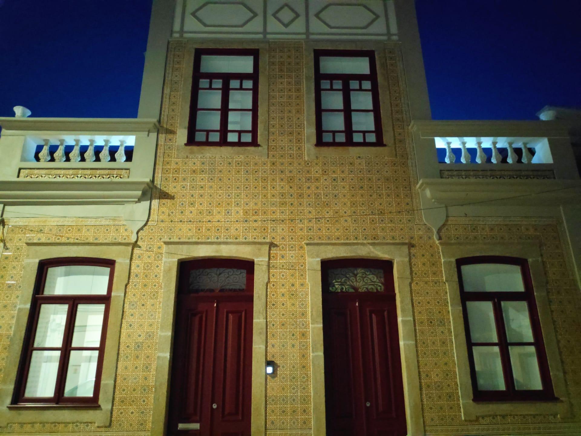 Fachada da Casa Francês, após restauro dos azulejos, colocação de novas portas e janelas em madeira.