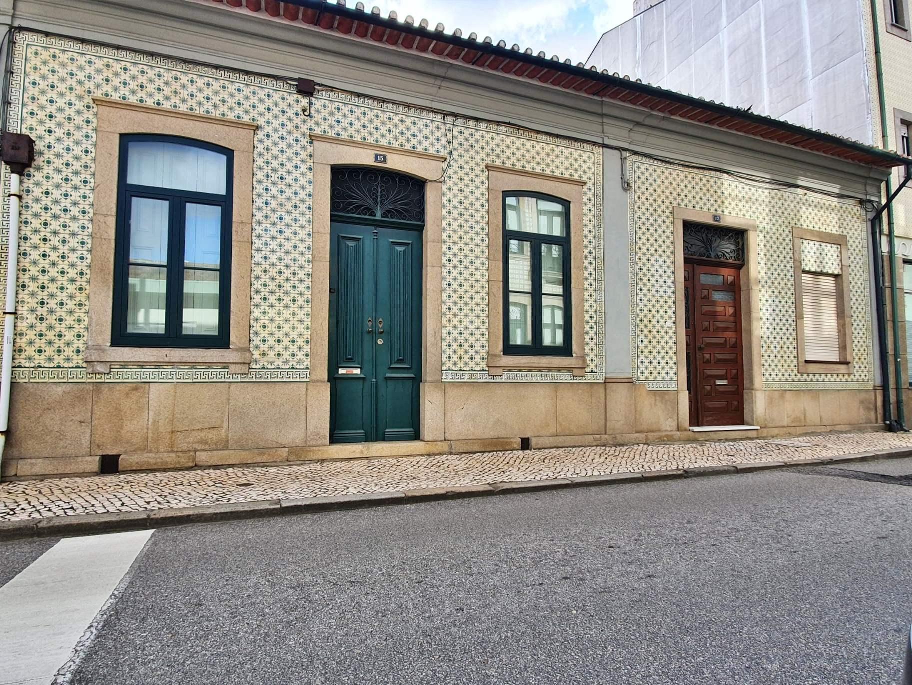Fachada das moradias, em azulejo, típico da cidade de Ovar